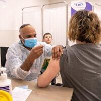 מורה מקבלת חיסון בסניף מכבי במודיעין, 12בינואר 2021 (צילום: יוסי אלוני/פלאש90)