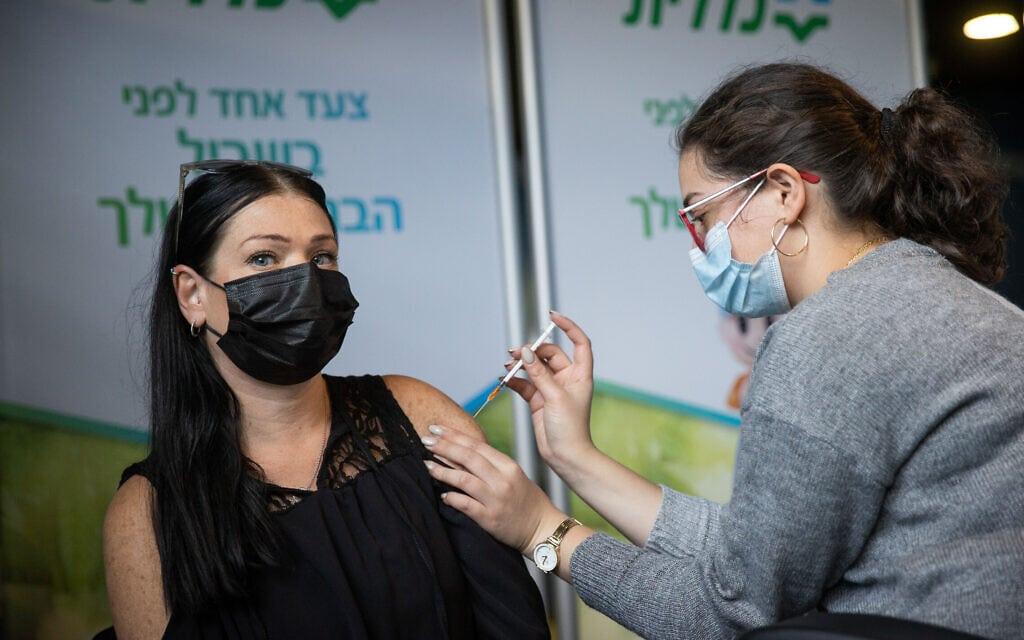 מורה מתחסנת בסניף קופת חולים כללית בירושלים. 12 בינואר 20201 (צילום: יונתן זינדל/פלאש90)
