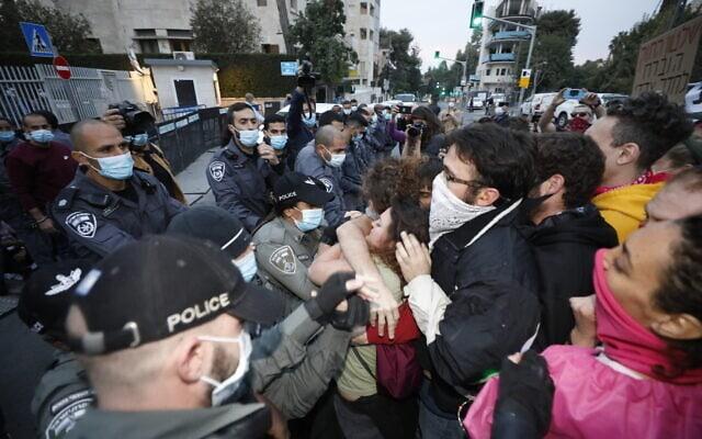 מפגינים מוחים ליד בית ראש הממשלה על דחיית דיון במשפטו של בנימין נתניהו, 13 בינואר 2021 (צילום: אוליבייה פיטוסי, פלאש 90)