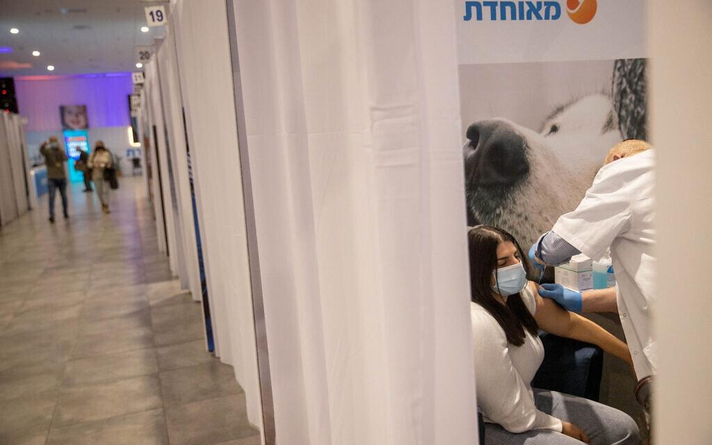 מטופלת מקבלת חיסון נגד קורונה במרכז החיסונים של מאוחדת בירושלים, 13 בינואר 2021 (צילום: יונתן זינדל, פלאש 90)