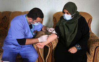 לקיחת דם במסגרת מבצע בדיקות סרולוגיות ברצועת עזה, 14 בינואר 2021 (צילום: Abed Rahim Khatib/Flash90)
