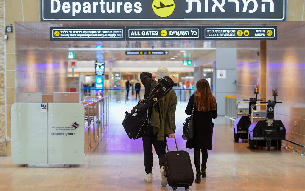 נוסעים בנמל התעופה בן-גוריון, 18 בינואר 2021 (צילום: אבשלום ששוני, פלאש 90)