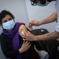 מטופלת מקבלת חיסון נגד קורונה במתחם החיסונים של עיריית תל אביב ושל בית החולים איכילוב בכיכר רבין, 19 בינואר 2021 (צילום: מרים אלסטר, פלאש 90)