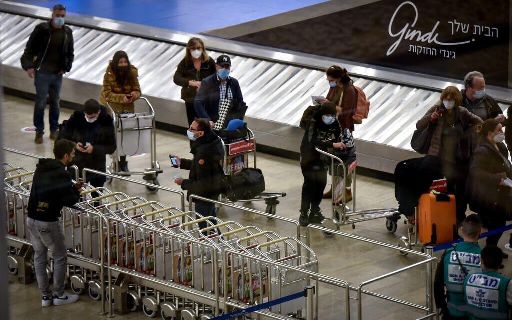 נוסעים בנמל התעופה בן-גוריון, 24 בינואר 2021 (צילום: פלאש 90)