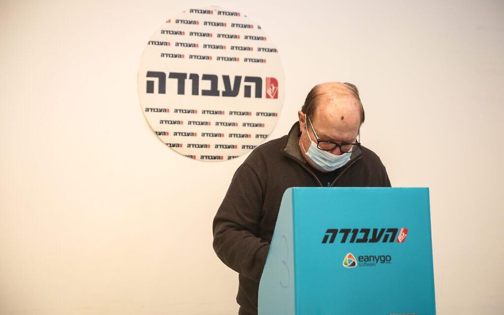 חבר מפלגת העבודה מצביע בפריימריז לבחירות יושב ראש התנועה בתל אביב, 24 בפברואר 2021 (צילום: תומר נויברג, פלאש 90)