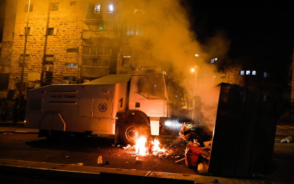 """מכת""""זית של המשטרה הועלתה באש בהתנגשויות האלימות בין החרדים לשוטרים בירושלים באזור עבודות הרכבת הקלה, 25 בינואר 2021 (צילום: אוליבייה פיטוסי/פלאש90)"""