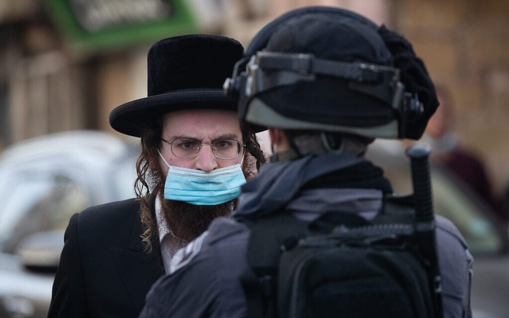 חרדי מתעמת עם שוטר במאה שערים בירושלים, 26 בינואר 2021 (צילום: יונתן זינדל/פלאש90)