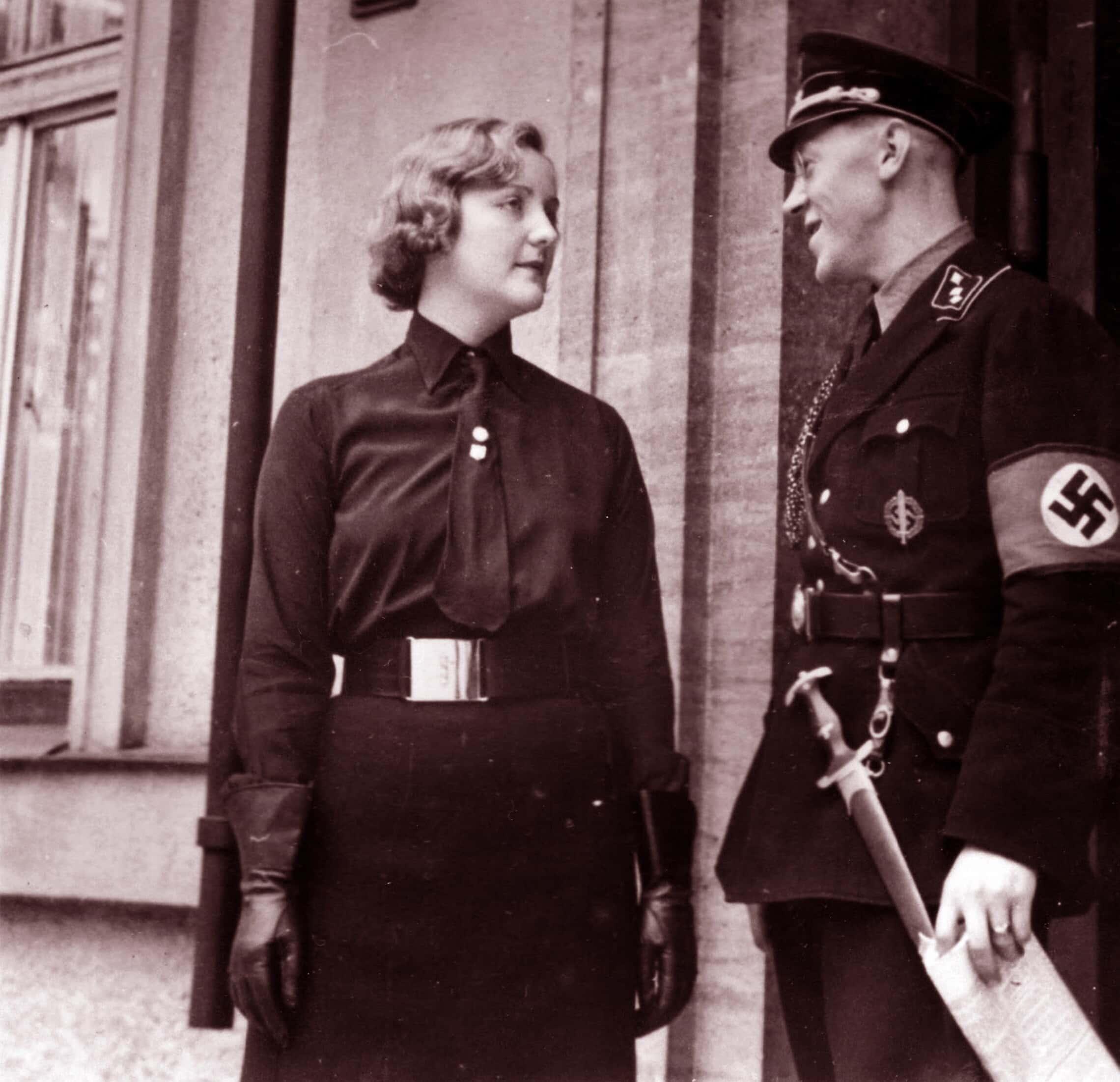 יוניטי מיטפורד עם פריץ שטדלמן, אחד מעוזריו של היטלר, בברלין 1933 (צילום: World History Archive / Alamy)