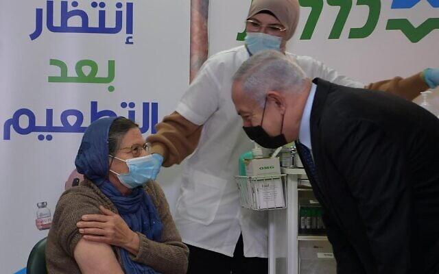 """ראש הממשלה בנימין נתניהו בקופת חולים בטירה, 31 בדצמבר 2021 (צילום: עמוס בן גרשום, לע""""מ)"""