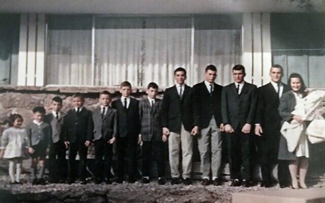 דון ומימי גלווין עם 12 ילדיהם בביתם בדרך העמק הנסתר בקולורדו ספרינגס, קולורדו (צילום: באדיבות משפחת גלווין)