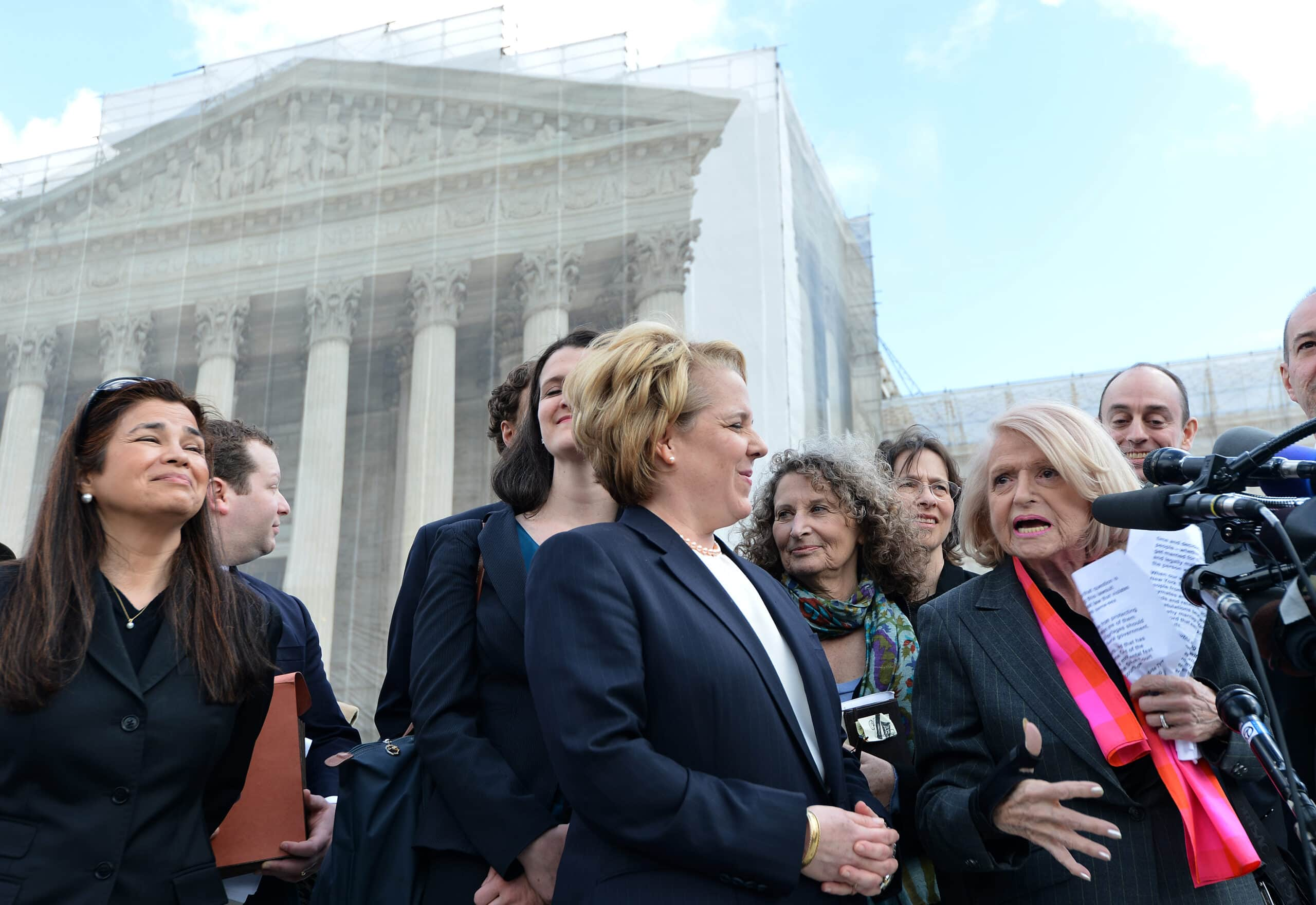 אדי וינדזור, אלמנה לסבית בת 83, מוסרת הודעה לתקשורת כשלצדה עורכת הדין שלה, רוברטה קפלן, בבית המשפט העליון בוושינגטון, 27 במרץ 2013 (צילום: EWEL SAMAD/AFP via Getty Images)