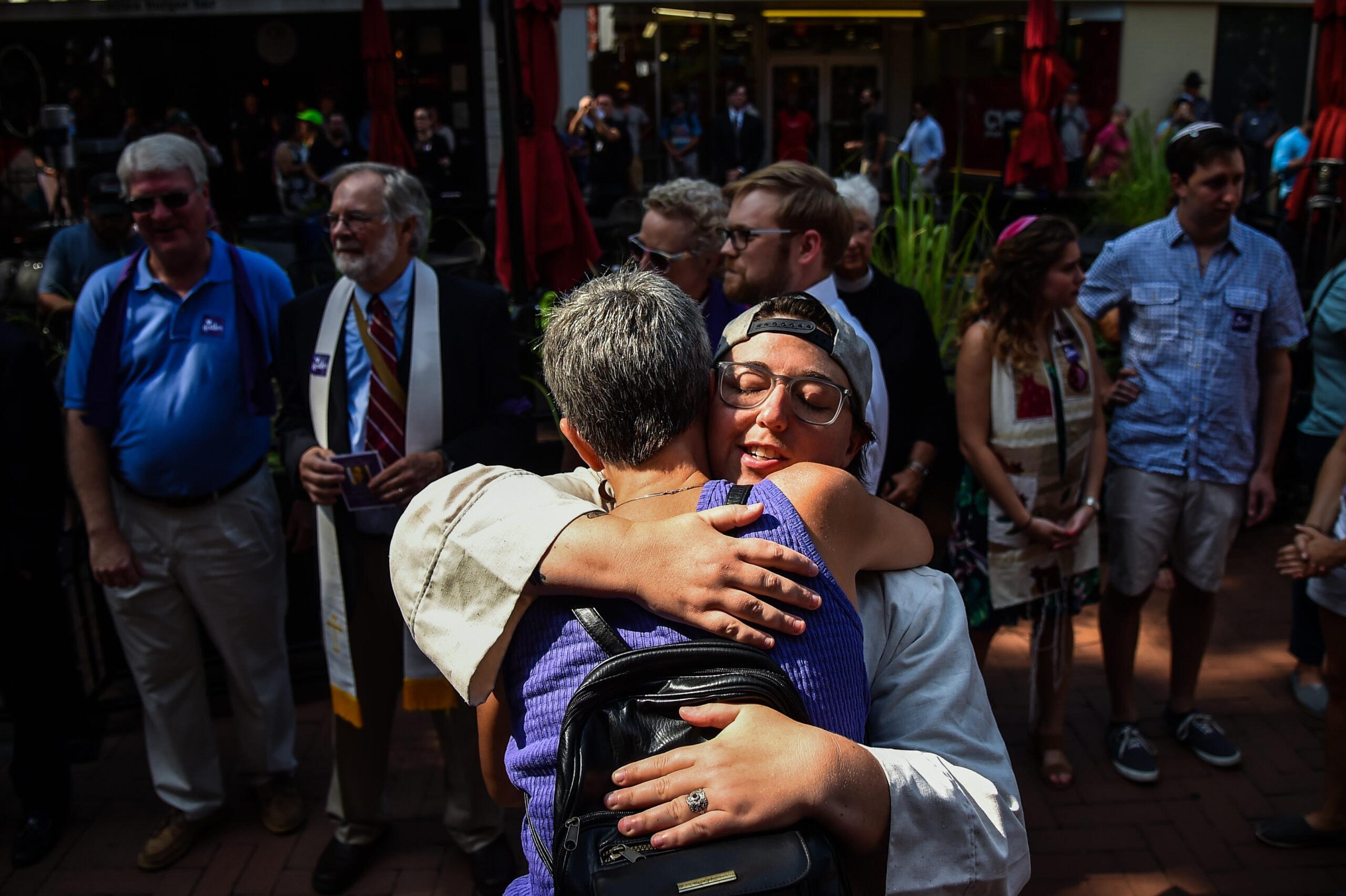 בריטני קיין-קונלי מחבקת חברה אחרי הלוויית לת'ר הייר, שהפגינה נגד עצרת הימין בשרלוטסוויל, 16 באוגוסט 2017 (צילום: Salwan Georges/The Washington Post via Getty Images)