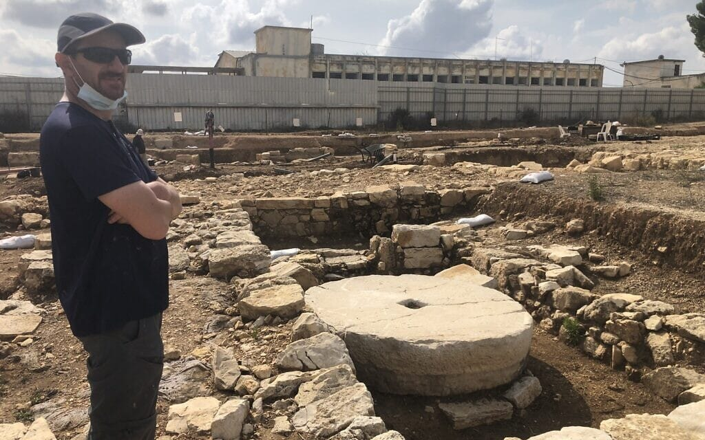 מנהל החפירות יבגני אהרונוביץ' באזור החפירות ליד בית אל, 3 בנובמבר 2020 (צילום: אמנדה בורשל-דן)