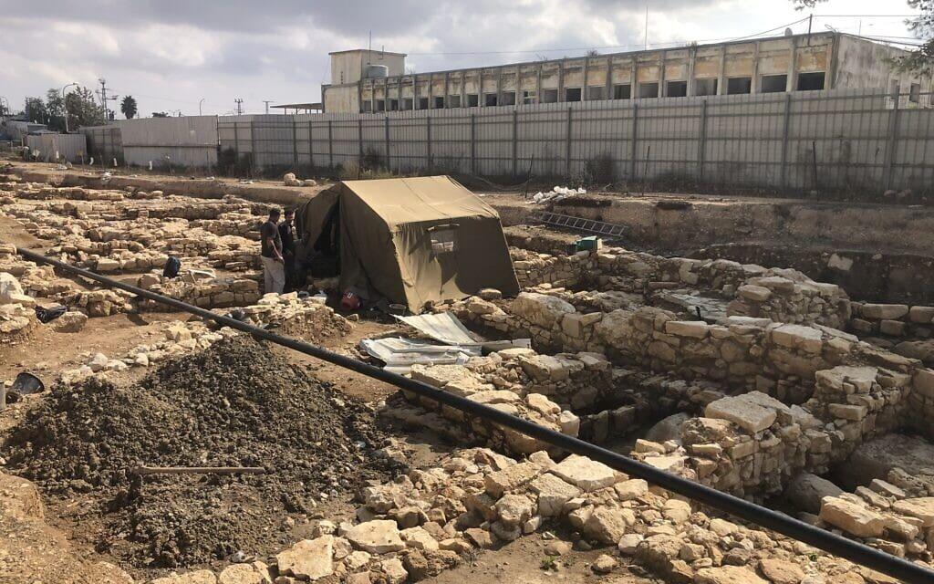 אוהל מגן על פתח מקווה המים מתקופת בית שני ביישוב העתיק כפר מור, כיום שכונה בבית אל, 3 בנובמבר 2020 (צילום: אמנדה בורשל-דן)