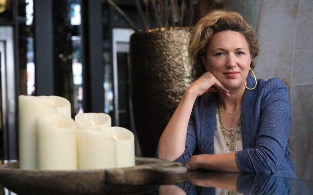 הסופרת ג'סיקה פלוז (צילום: Emilia Gutierrez)