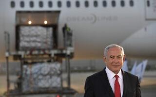"""ראש הממשלה בנימין נתניהו בשדה התעופה בן גוריון עם הגעת מטוס מטען עם חיסונים של פייזר נגד נגיף הקורונה. 10 בינואר 2020 (צילום: קובי גדעון/לע""""מ)"""