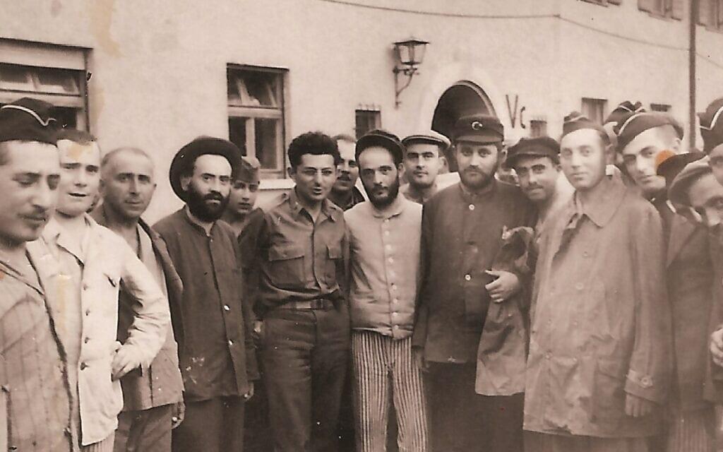 הרב אברהם קלאוזנר, ללא כובע במרכז-שמאל, עם הניצולים במחנה הפליטים (צילום: באדיבות עמוס קלאוזנר)