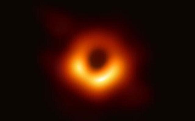 תמונת החור השחור של גלקסית M87 (צילום:מויקיפדיה, Event Horizon Telescope - https://www.eso.org/public/images/eso1907a/; JPG saved from full size TIFF and converted with maximum quality level 12 in Photoshop 2019).