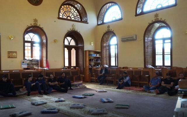 גברים מתפללים בבית הכנסת בקרסניה סלובודה, 21 ביולי 2018 (צילום: כנען ליפשיץ)