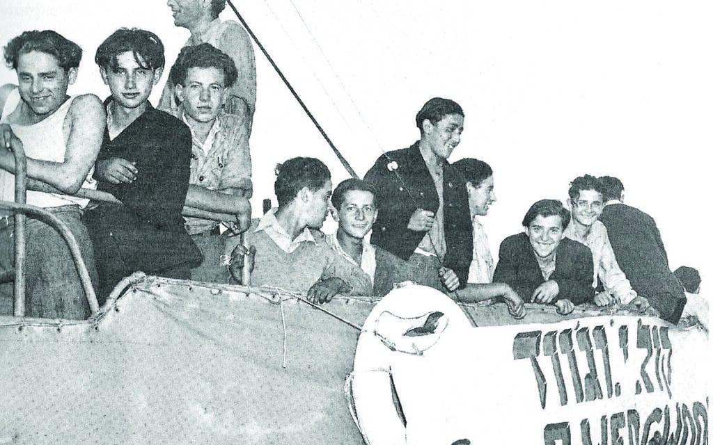 """אוניית המפעילים וג'ווד בעת המפגש עם משחתות הצי הבריטי, יוני 1946 (צילום: תא""""ל ניר מאור, מוזיאון ההעפלה וחיל הים)"""