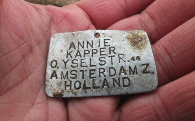 לוחית מתכת ועליה שמה של אני קפר בת ה-13 מאמסטרדם (צילום: באדיבות יורם חיימי/ JTA, סוכנות הידיעות היהודית)