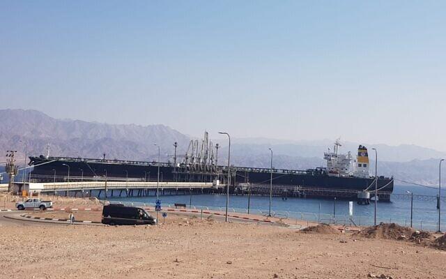 """""""Faithful Warrior"""", מכלית נפט, במזח של קצא""""א באילת ב-8 בינואר 2021 (צילום: מור חן)"""