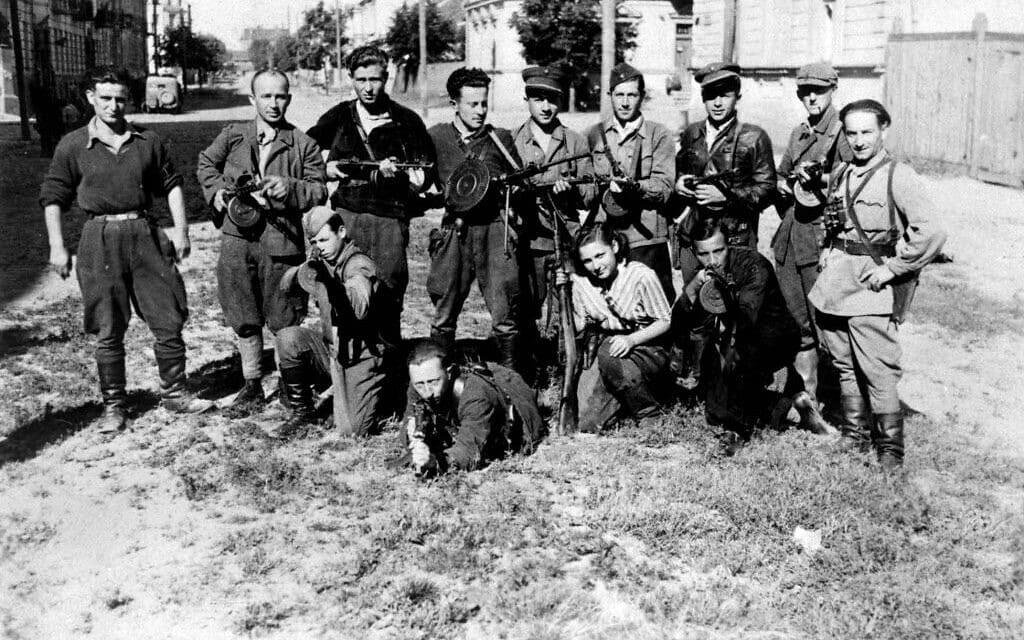 """התמונה המפורסמת של """"הנוקמים"""" הפרטיזנים בהובלת אבא קובנר. בנימין לוין כורע מקדימה ומכוון את נשקו (צילום: ברשות הציבור)"""