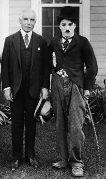 אוטו הרמן קאהן וצ'רלי צ'פלין (צילום: רשות הציבור)