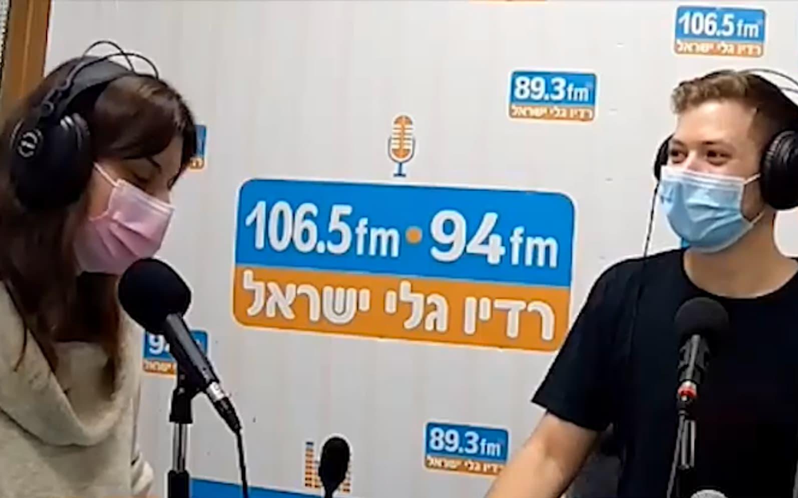 יאיר נתניהו ויערה זרד מגישים תוכנית בגלי ישראל (צילום: צילום מסך)