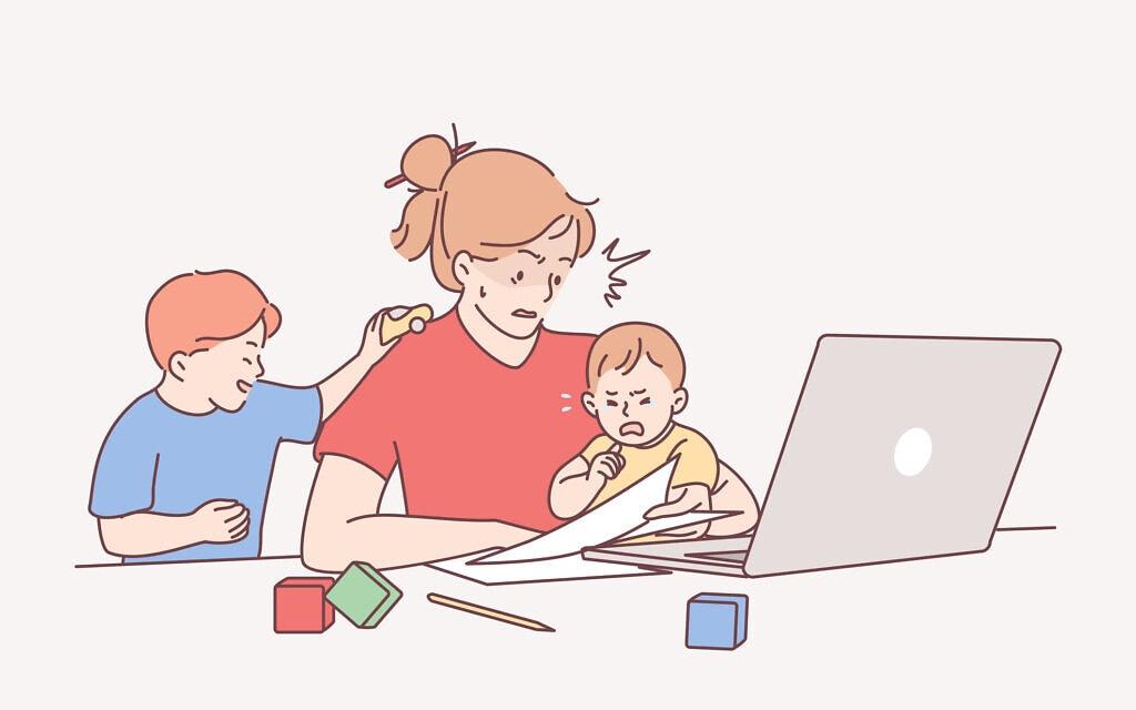 אמא וילדיה בבית. אילוסטרציה (צילום: iStock)