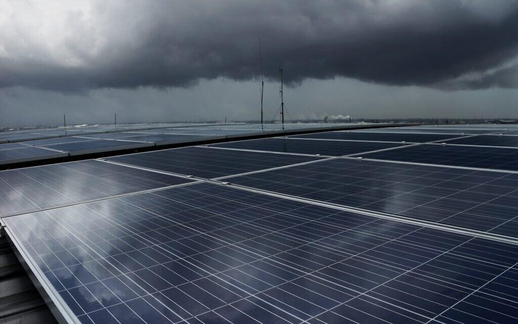לוחות סולארים ביום גשום (צילום: iStock / WichienTep)