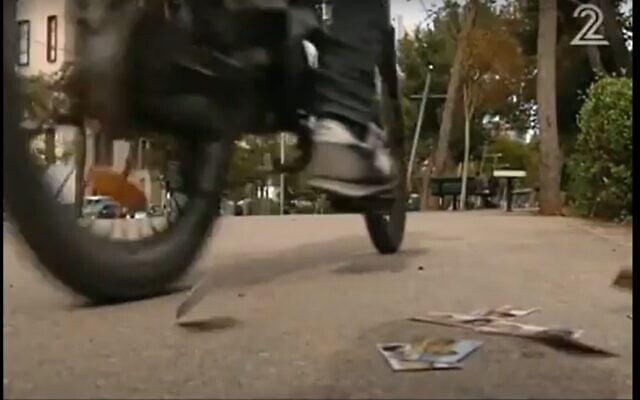 פיזור כרטיסי הביקור בעיר, אילוסטרציה, צילום מסך מכתבה בערוץ 12
