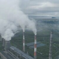 """אילוסטרציה של פליטת פחמן, צילום מסך מתוך """"מס פחמן"""" של """"סוף העולם"""""""