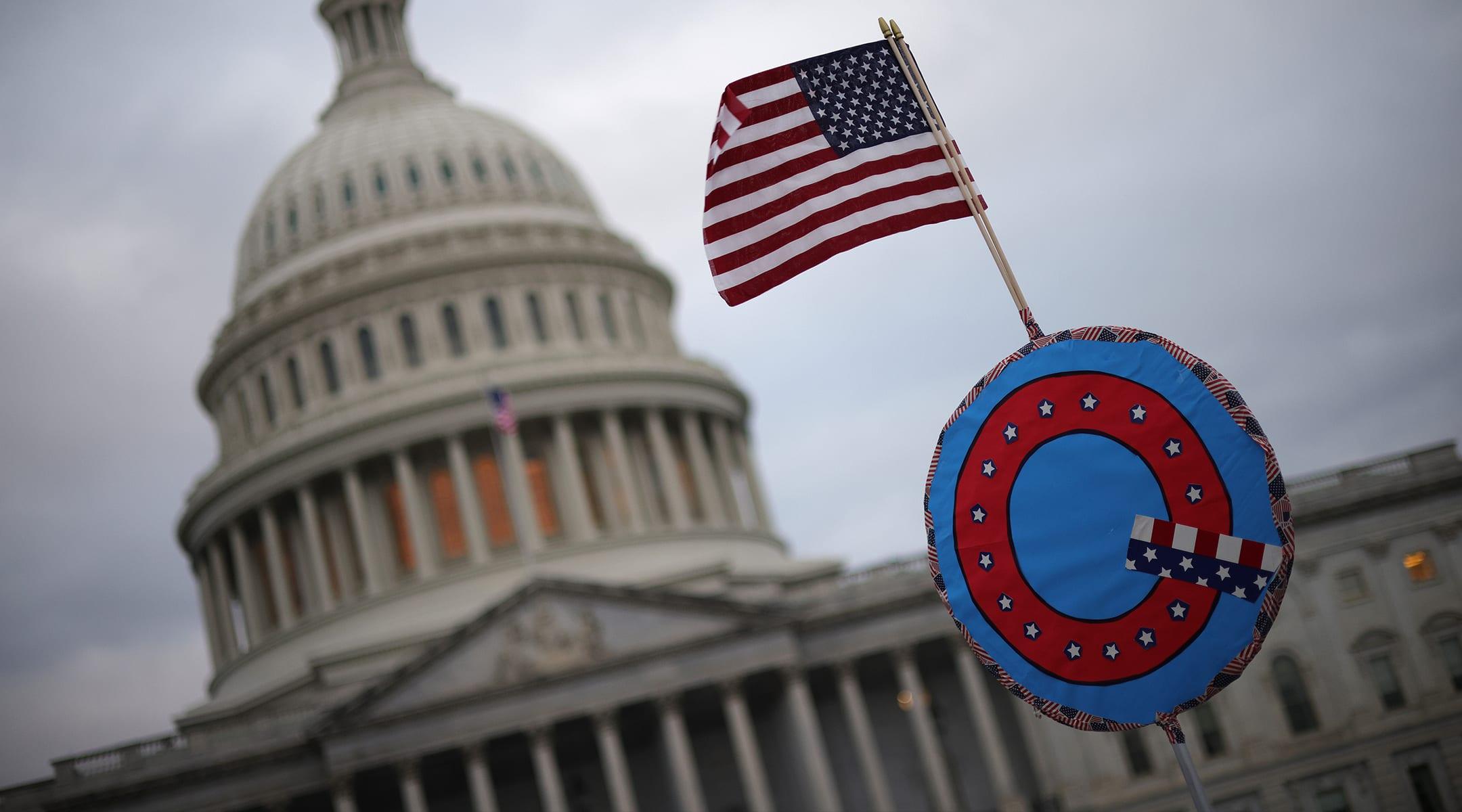 דגל של קיו-אנון (צילום: Win McNamee/Getty Images/JTA)