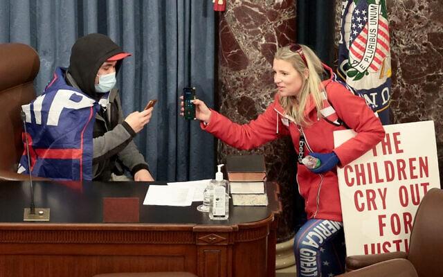 מפגינים בחדר הסנאט, 6 בינואר 2021 (צילום: Win McNamee/Getty Images/JTA)