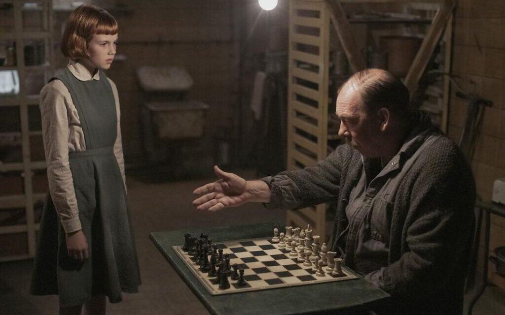 """אליזבת הרמון, הדמות מ""""גמביט המלכה"""", והמנטור שלה מיסטר שייבל במרתף של בית היתומים (צילום: נטפליקס)"""