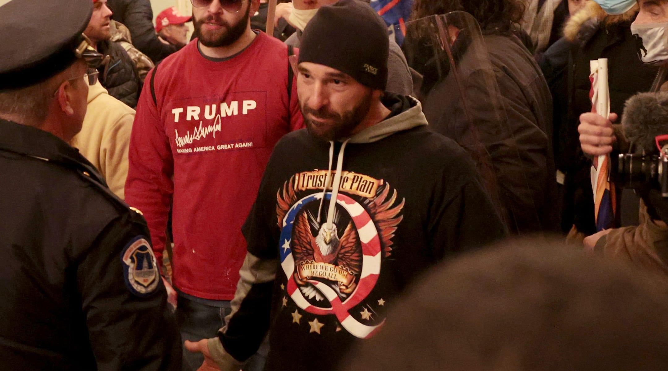 מפגינים מתווכחים עם משטרת הקפיטול בבניין הקפיטול בארצות הברית, 6 בינואר 2021 (צילום: Win McNamee/Getty Images/JTA)