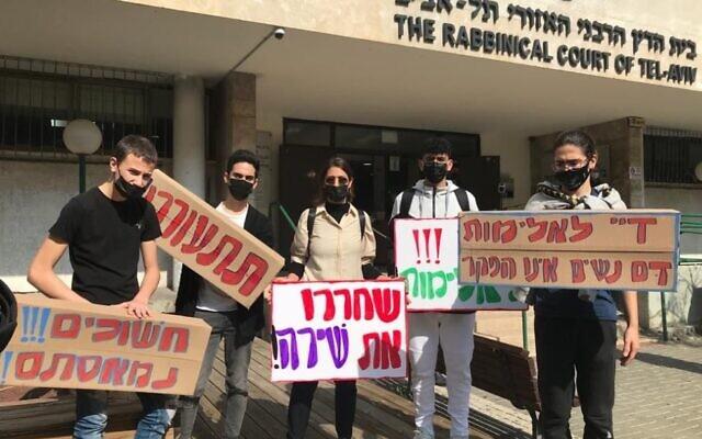 """מורים ותלמידים מקמפוס אנקורי פ""""ת מפגינים בשעה זו מול בית הדין הרבני בתל אביב תחת הכותרת: """"צדק לשירה"""" (צילום: מורים ותלמידים מקמפוס אנקורי פ""""ת מפגינים בשעה זו מול בית הדין הרבני בתל אביב תחת הכותרת: """"צדק לשירה"""" צילום: אסנת ספיר)"""