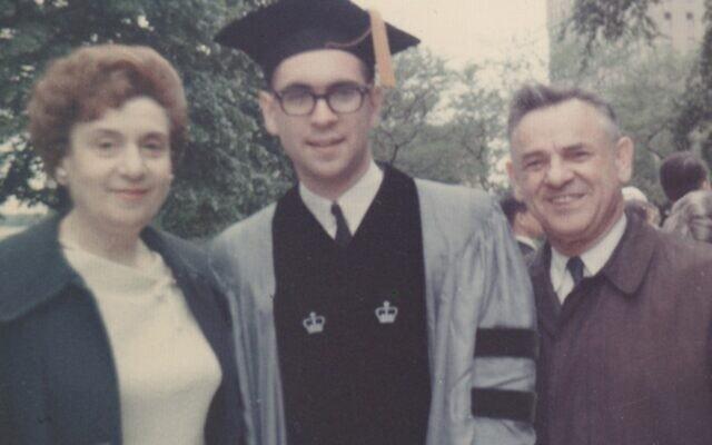 רוברט לפקוביץ' עם הוריו בטקס סיום לימודי הרפואה באוניברסיטת קולומביה, ניו יורק (צילום: באדיבות המצולם)