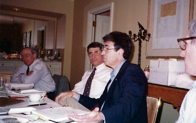 """ד""""ר רוברט לפקוביץ, מדבר במרכז, עם ד""""ר אנתוני פאוצ'י משמאלו (צילום: באדיבות המצולם)"""