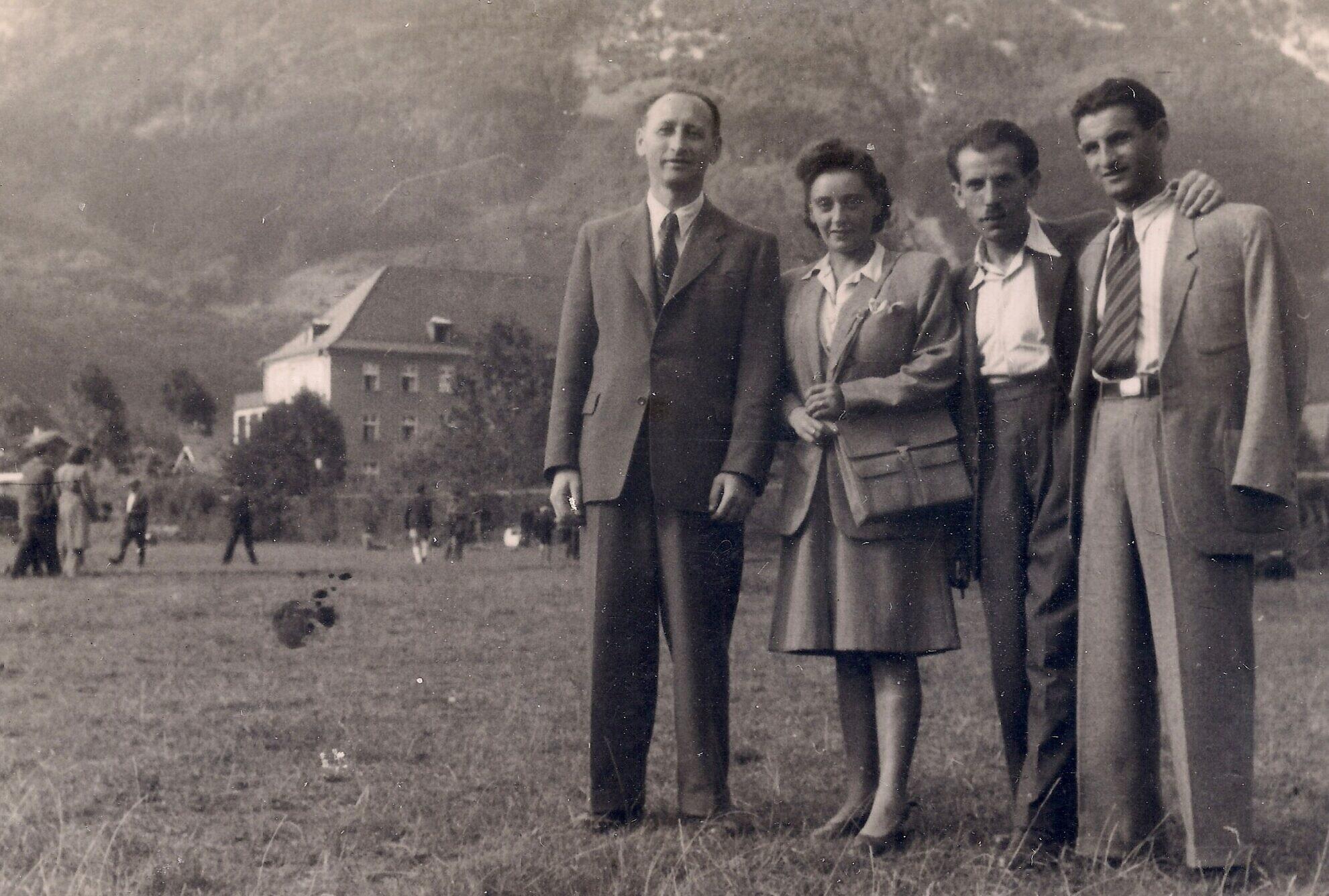 רגינה (במרכז) ויוסף דיצ'ק (מימין), כשברקע מחנה העקורים באד רייכנהל (צילום: באדיבות ברנרד דיצ'ק)