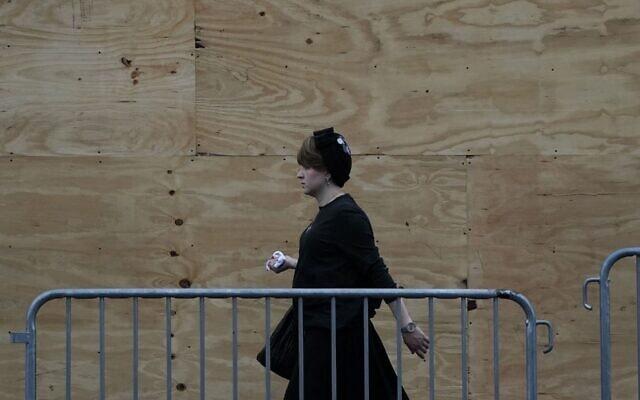 אישה חרדית בשכונה בברוקלין, ניו יורק. 29 בספטמבר, 2020 (צילום: TIMOTHY A. CLARY/AFP via Getty Images)
