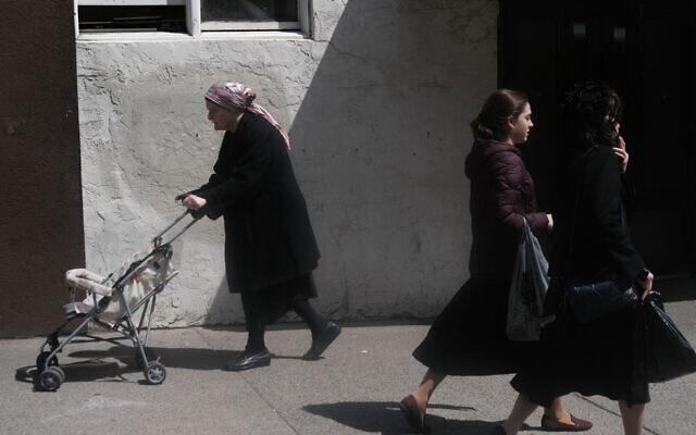 נשים הולכות בוויליאמסבורג, בית לקהילה חרדית גדולה בניו יורק, 10 באפריל, 2019 (צילום: Spencer Platt/Getty Images)