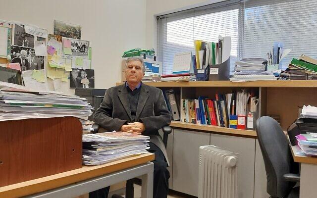 פרופ' עליאן אלקרינאוי בחדרו באוניברסיטת בן גורין בבאר שבע, פברואר 2021 (צילום: עומר שרביט)