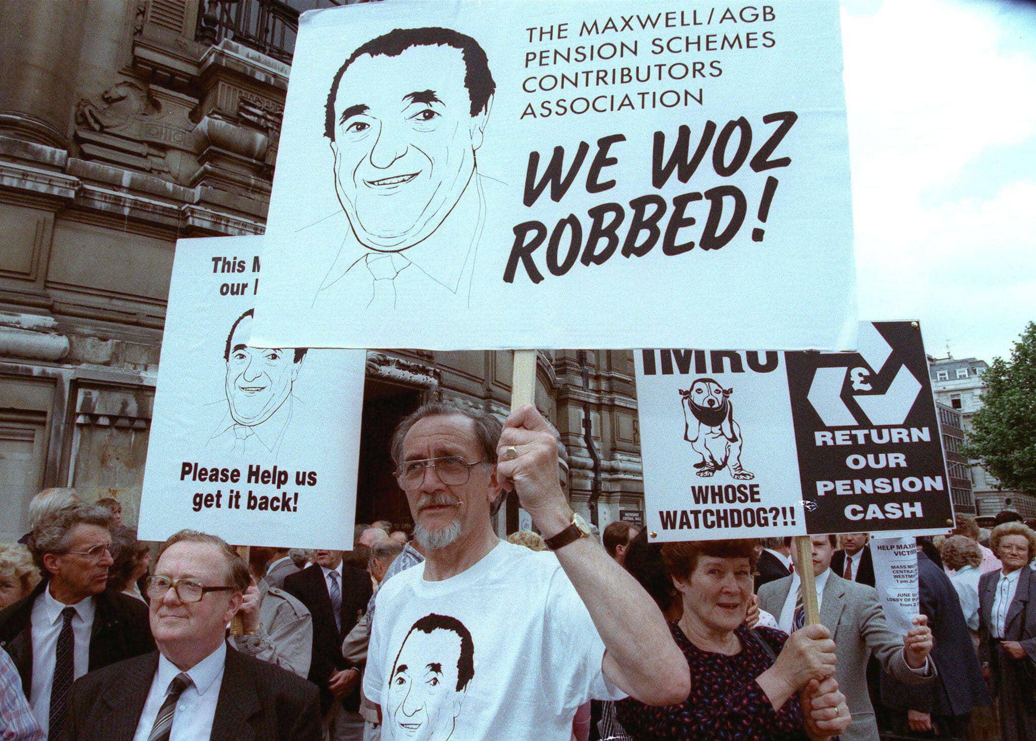עובדי קבוצת המירור מפגינים מול הפרלמנט הבריטי ביוני 1992 (צילום: Reuters / Alamy)