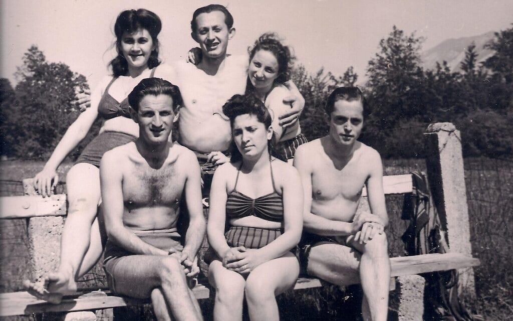 רגינה ויוסף דיצ'ק לצד חבריהם (צילום: באדיבות ברנרד דיצ'ק)