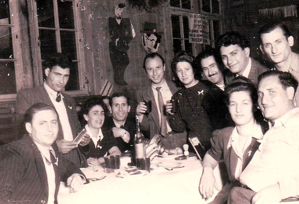 הזוג הטרי לולה וליאון מזליך, יושבים במרכז (צילום: באדיבות אייב מזליך)
