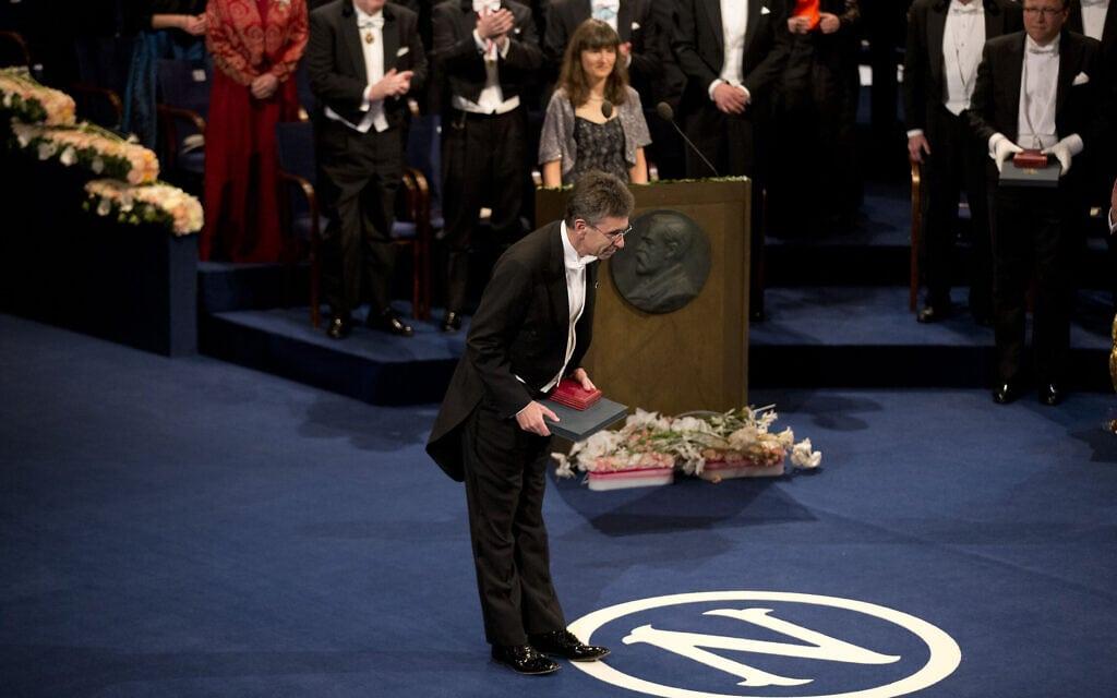 """ד""""ר רוברט לפקוביץ' מקבל את פרס נובל לכימיה בשטוקהולם, שוודיה, ב-10 בדצמבר 2012 (צילום: AP Photo/Matt Dunham)"""