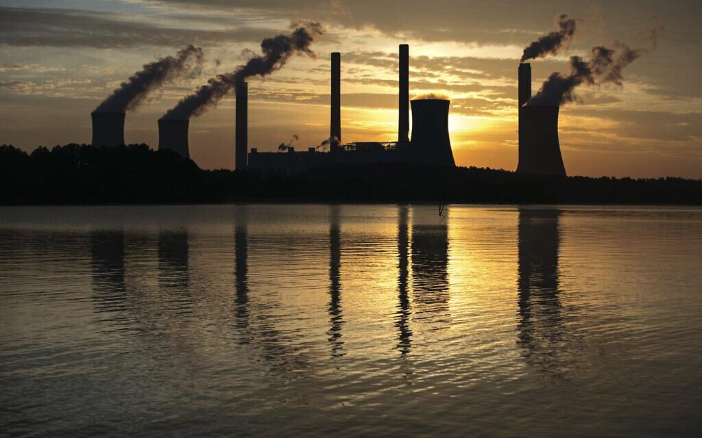 """מפעל """"שרר"""" המופעל על ידי פחם, אחד מפולטני הפחמן הדו-חמצני המובילים בארה""""ב, ניצב מרחוק בג'ולייט, ג'ורג'יה. 3 ביוני, 2017 (צילום: AP Photo/Branden Camp)"""