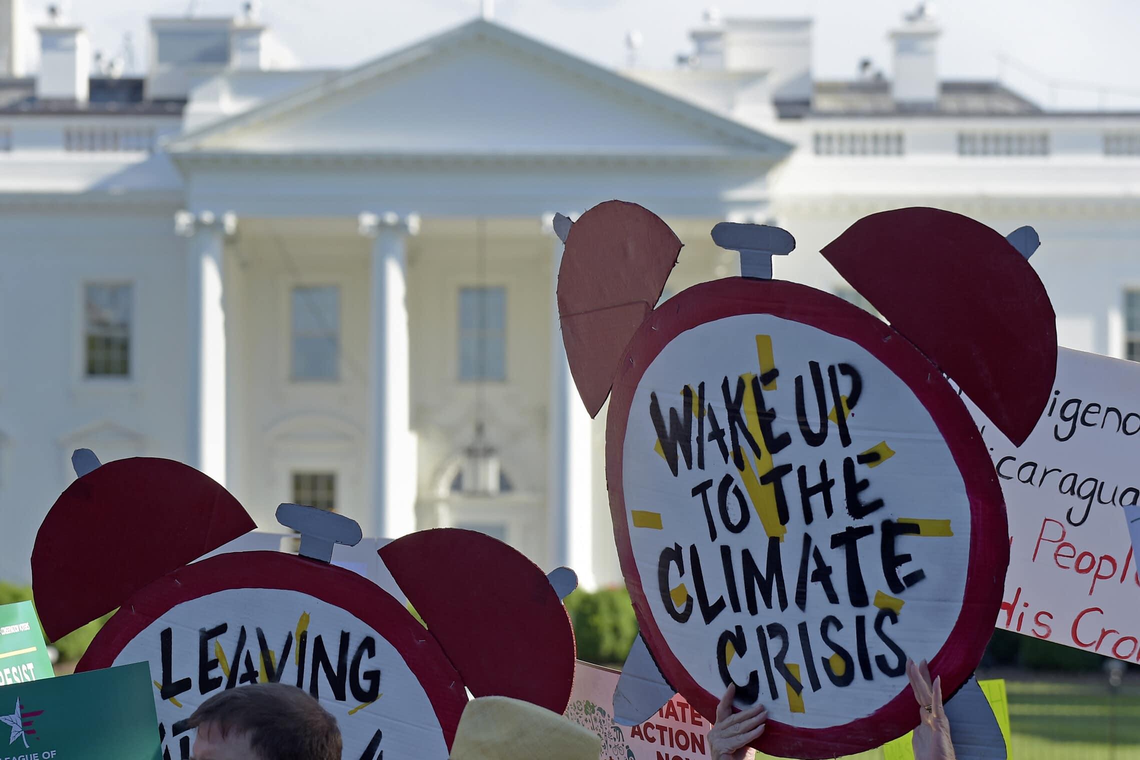 הפגנות בנושא משבר האקלים מול הבית הלבן, 1 ביוני 2017 (צילום: AP Photo/Susan Walsh)